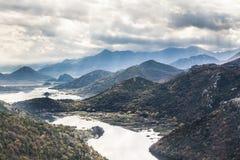 Paesaggio della montagna intorno a Rijeka Crnojevica del lago Skadar dall'alta vista nel Montenegro Fotografia Stock