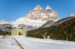 Paesaggio della montagna in inverno e cielo blu Immagini Stock