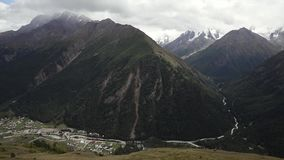 Paesaggio della montagna la macchina fotografica si muove in senso orario video d archivio
