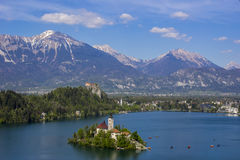 Paesaggio della montagna in lago sanguinato, Slovenia immagine stock libera da diritti