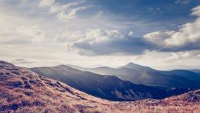 Paesaggio della montagna Metraggio del movimento lento 4K archivi video