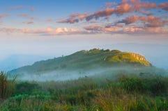 Paesaggio della montagna nebbiosa ad alba Fotografia Stock Libera da Diritti