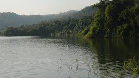 Paesaggio della montagna nel bacino idrico Tailandia di Wang Bon archivi video