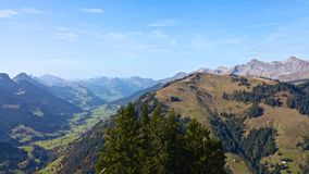 Paesaggio della montagna nel giorno soleggiato Fotografia Stock
