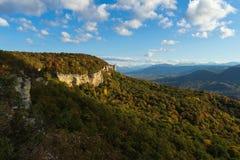 Paesaggio della montagna nel giorno soleggiato uguagliante immagini stock
