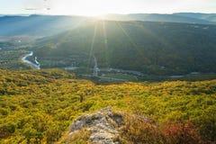 Paesaggio della montagna nel giorno soleggiato uguagliante immagini stock libere da diritti