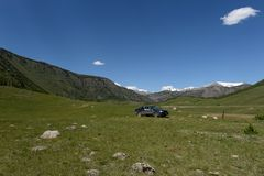 Paesaggio della montagna nell'area della stazione idroelettrica abbandonata di Aktash fotografia stock libera da diritti