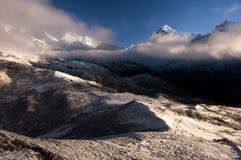 Paesaggio della montagna nell'intervallo dell'Himalaya Fotografia Stock