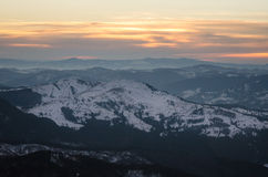 Paesaggio della montagna nell'orario invernale in Carphatians Fotografie Stock