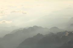 Paesaggio della montagna nella foschia Fotografia Stock