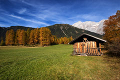Paesaggio della montagna nelle alpi con la vecchia tettoia alpina della capanna Plateau di Mieminger, Austria, apprendista Fotografia Stock