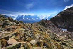 Paesaggio della montagna nelle alpi francesi di estate Immagini Stock