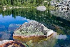 Paesaggio della montagna. Pietra sul lago degli artisti. Fotografia Stock