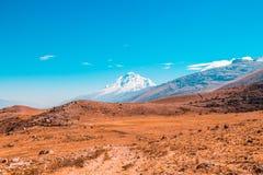 Paesaggio della montagna Prati e montagne innevate fotografia stock libera da diritti