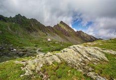 Paesaggio della montagna Rocce nella priorità alta Rumeno Carpathians Fotografia Stock