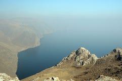 Paesaggio della montagna, rocce vulcaniche nella priorità alta contro il cielo blu di autunno in una foschia Fotografia Stock