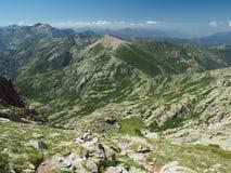 Paesaggio della montagna rocciosa con il prato immagini stock libere da diritti