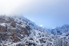 Paesaggio della montagna rocciosa con nebbia Fotografia Stock