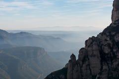 Paesaggio della montagna, scogliere rocciose e creste nebbiose nella gamma Immagine Stock Libera da Diritti