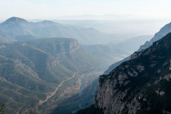 Paesaggio della montagna, scogliere rocciose e creste nebbiose nella gamma Fotografia Stock
