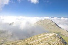 Paesaggio della montagna sopra i couds. Fotografie Stock