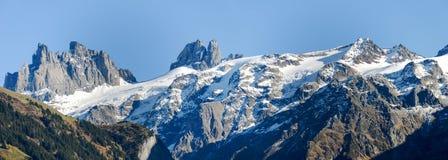 Paesaggio della montagna sopra il villaggio di Engelberg sulla Svizzera Immagine Stock