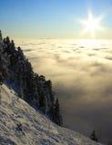 Paesaggio della montagna sopra un mare delle nubi, alpi Immagini Stock