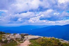 Paesaggio della montagna sotto il cielo nuvoloso immagini stock libere da diritti