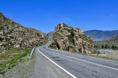 Paesaggio della montagna - strada pavimentata in rocce variopinte di Altai, Russ Fotografie Stock Libere da Diritti