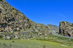 Paesaggio della montagna - strada pavimentata in rocce variopinte di Altai, Russ Immagine Stock Libera da Diritti
