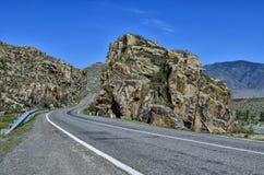 Paesaggio della montagna - strada pavimentata in rocce variopinte di Altai, Russ Fotografie Stock