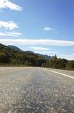 Paesaggio della montagna - strada principale vuota, nubi e Immagini Stock Libere da Diritti