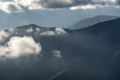 Paesaggio della montagna sui precedenti del cielo blu Fotografie Stock