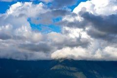 Paesaggio della montagna sui precedenti a del cielo blu Immagine Stock