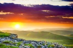 Paesaggio della montagna sul tramonto. Immagine Stock