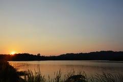 Paesaggio della montagna sul tramonto nel bacino idrico Tailandia di Wang Bon fotografie stock libere da diritti