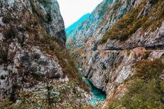 Paesaggio della montagna Tara River Canyon, parte dell'itinerario di rafting, parco nazionale di Durmitor, Montenegro Immagine Stock