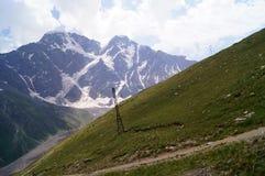 Paesaggio della montagna un giorno pieno di sole Immagini Stock