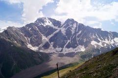 Paesaggio della montagna un giorno pieno di sole Immagine Stock