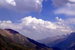 Paesaggio della montagna un giorno pieno di sole Fotografia Stock