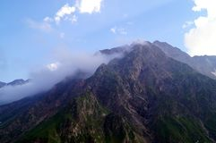 Paesaggio della montagna un giorno pieno di sole Fotografie Stock Libere da Diritti