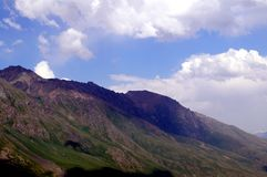 Paesaggio della montagna un giorno pieno di sole Fotografia Stock Libera da Diritti
