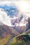 Paesaggio della montagna vicino al villaggio Stepantsminda Georgia nel primo mattino con nebbia Fotografie Stock Libere da Diritti