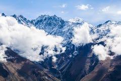 Paesaggio della montagna vicino al villaggio Stepantsminda Georgia nel primo mattino con nebbia Immagini Stock Libere da Diritti