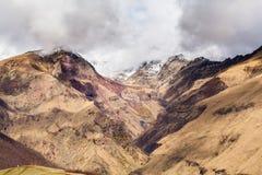 Paesaggio della montagna vicino al villaggio Stepantsminda Georgia nel primo mattino con nebbia Fotografia Stock Libera da Diritti