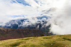 Paesaggio della montagna vicino al villaggio Stepantsminda Georgia nel primo mattino con nebbia Fotografie Stock