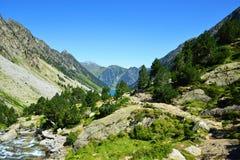 Paesaggio della montagna vicino alla città di Cauterets, parco nazionale Pirenei immagini stock