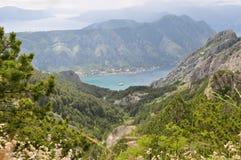 Paesaggio della montagna, vista sulla baia di Cattaro con l'yacht con la cima della montagna Immagine Stock