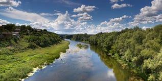 Paesaggio della natura con il fiume Immagini Stock Libere da Diritti