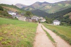 Paesaggio della natura con la via in Asturie, Spagna Immagine Stock